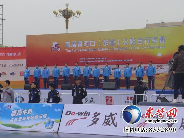 首届黄河口(东营)公路自行车赛在新世纪广场开赛.jpg