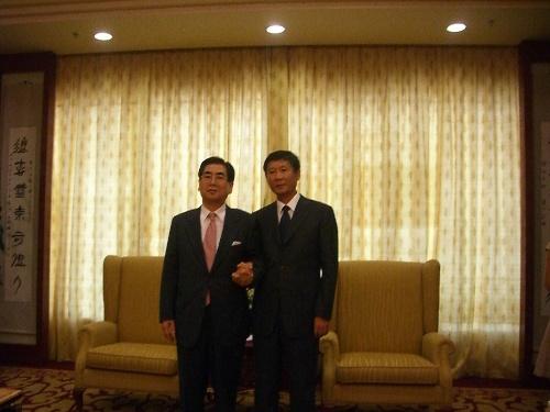 协会中央会会长慎重睦先生和泰山管委副主任刘慧先生   本报青岛讯