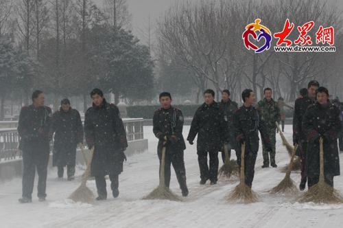 泉城广场上忙扫雪-济南下雪了图片